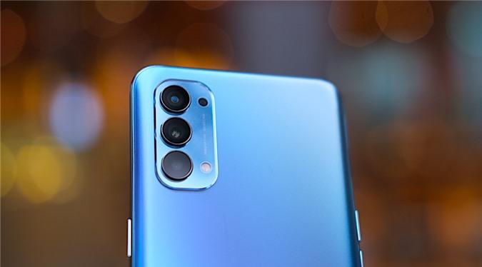 Mặt sau Reno4 gồm 4 camera bao gồm camera chính 48MP, camera cực rộng 8MP, camera macro 2MP và camera 2MP để hỗ trợ chụp ảnh xóa phông.