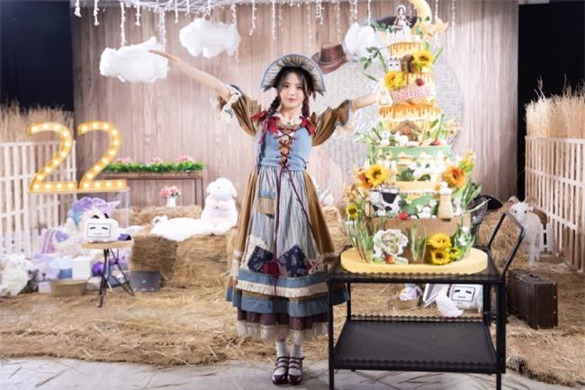 Tiệc sinh nhật diễn viên, ca sĩ Dương Siêu Việt được tổ chức hôm 1/8, với sự góp mặt của người hâm mộ. Bữa tiệc màu vàng rực rỡ, như tuổi trẻ đầy sức sống của cô gái họ Dương. Siêu Việt mặc trang phục váy hoa retro nhí nhảnh, đáng yêu.