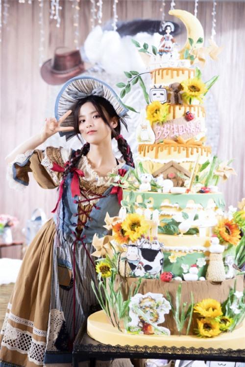 Tiệc sinh nhật của cô gái được livestream trên một nền tảng mạng xã hội.