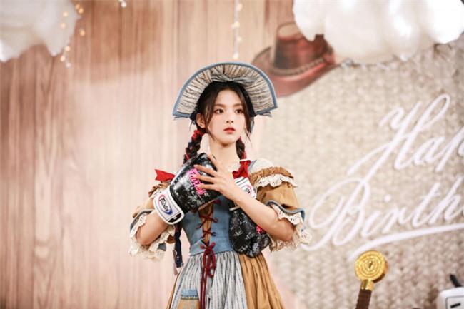 Mặc dù còn nhận được nhiều đánh giá từ khán giả về năng lực diễn xuất, hát, Dương Siêu Việt nói cô luôn nỗ lực để bản thân tốt hơn từng ngày.