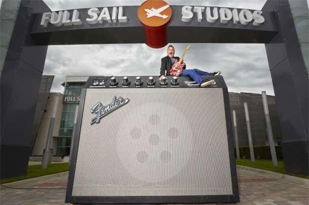 Bộ khuếch đại guitar lớn nhất thế giới, dài 3,06m, cao 2,47m và rộng 1,3m tại Florida, Mỹ.