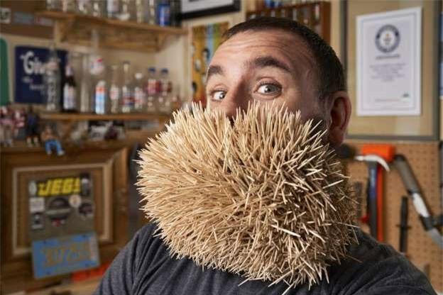 Joel Strasser tại Lacey, Washington, Mỹ đạt kỷ lục người gắn nhiều tăm nhất trên bộ râu.