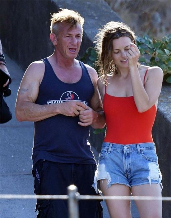 Sean Penn và Leila George tắm biển vào hè năm ngoái.