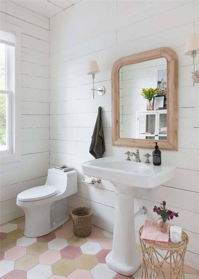 Trong một phòng tắm được thiết kế bởi Jean-Louis Deniot,bạn có thể thấy một chiếc gương táo bạo tạo ra, không đối xứng.