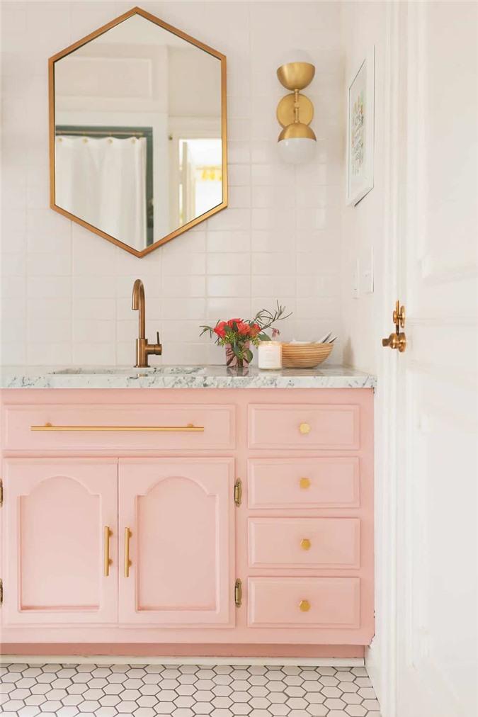 Với không gian phòng tắm, gương là phụ kiện không thể thiếu nó không chỉ phục vụ những mục đích sử dụng đơn thuần của con người mà cũng có tác dụng phong thủy, làm phòng tắm sáng hơn.