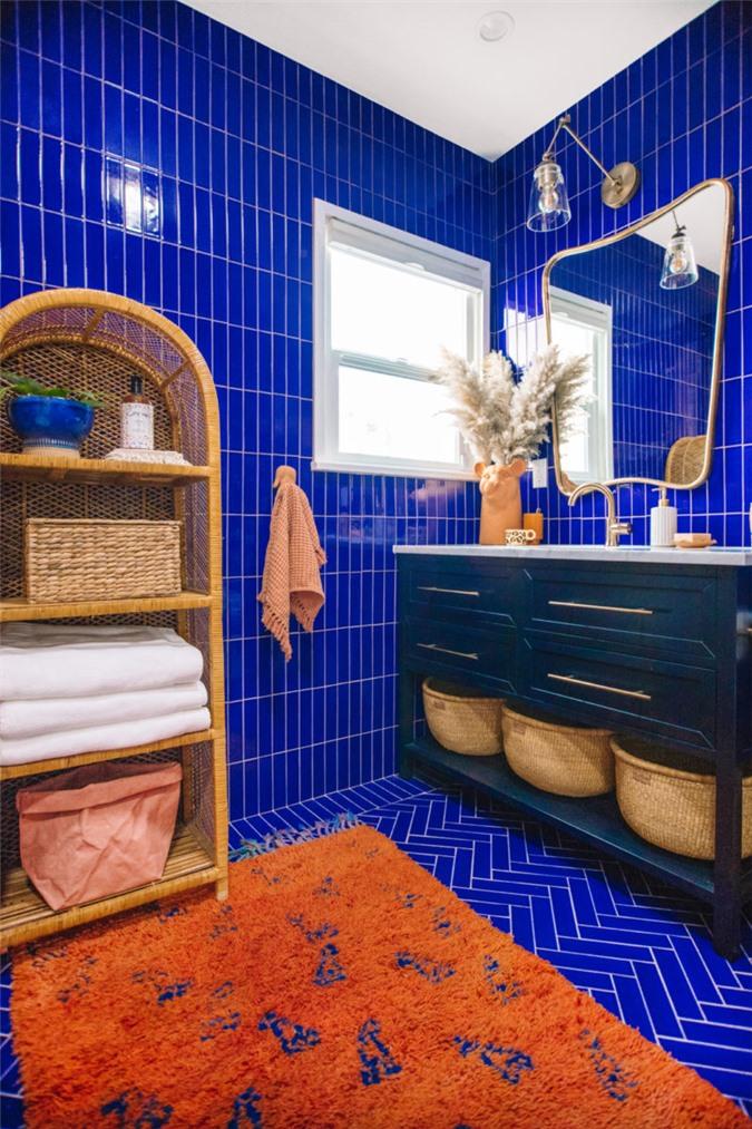Cách phố giữa màu xanh và vàng cho phòng tắm của chính nhà thiết kế Justina Blakeney. Đường cong tinh tế xung quanh các cạnh của chiếc gương tạo cảm giác hiện đại như cổ điển. hoàn hảo cho không gian chiết trung.