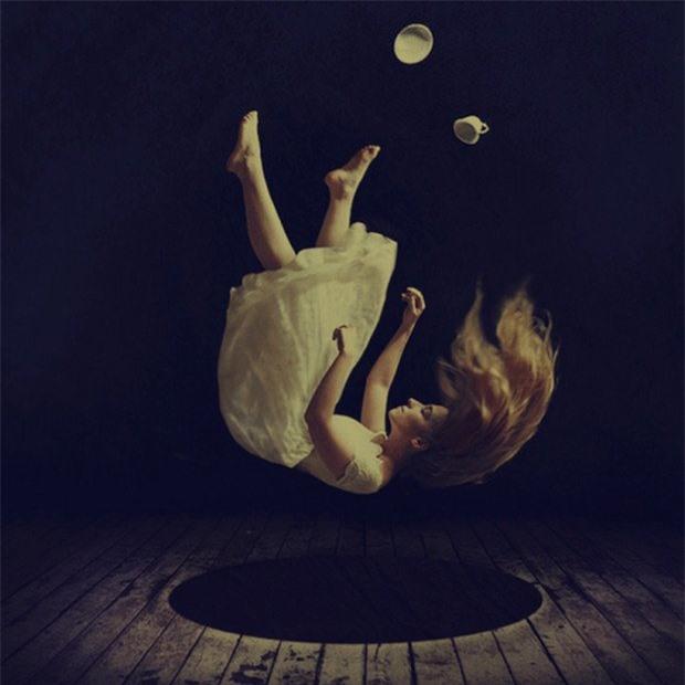 Khi bị ngã trong giấc mơ sẽ khiến bạn giật mình choàng tỉnh.