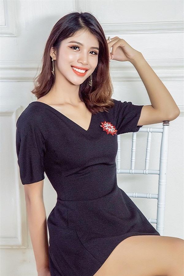 Huỳnh Thị Như Quỳnh sinh năm 2002, hiện đang là học sinh THPT Gia Hội, TP. Huế. Sở hữu nhan sắc cuốn hút với những đường nét khá Tây. Như Quỳnh là người mẫu ảnh tại Huế. Cô cho biết, tất cả tiền học phí đều do bản thân tự chi trả nhờ vào khoản thu nhập làm thêm.