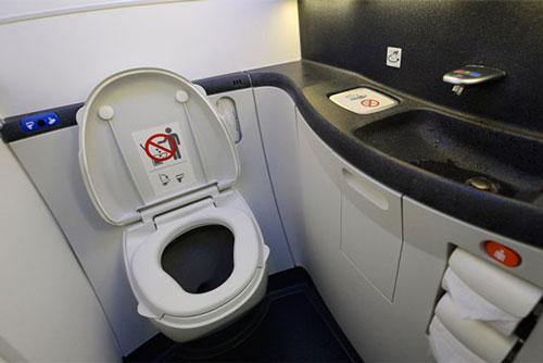 Chuyện gì xảy ra nếu trên máy bay bạn ấn nút xả bồn cầu toilet khi đang ngồi?
