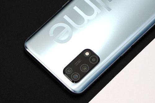 Realme V5 sở hữu 4 camera sau. Trong đó, cảm biến chính 48 MP, khẩu độ f/1.8 cho khả năng lấy nét theo pha. Ống kính thứ hai 8 MP, f/2.3 với góc rộng 119. Cảm biến macro cùng ống kính chiều sâu cùng có độ phân giải 2 MP, f/2.4. Bộ tứ này được trang bị đèn flash LED, quay video 4K.