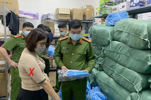 Truy tố 4 bị can trong đường dây làm giả hơn 14.500 bộ đồ phòng dịch COVID-19