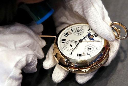 Daryn Schnipper, trưởng bộ phận Đồng hồ của hãng đấu giá Sotheby's, chỉnh lại thời gian trên đồng hồ Patek Phillipe vào tuần trước. Ảnh: Reuters