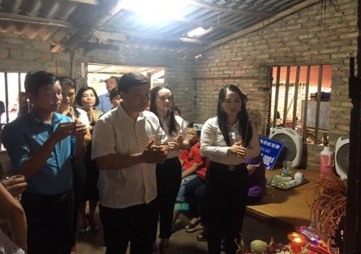 Lãnh đạo Phòng GD&ĐT cùng Ban giám hiệu thắp hương chia buồn cùng gia đình em Long.