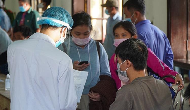 Cán bộ y tế hướng dẫn người dân khai báo y tế tại chốt kiểm soát y tế.
