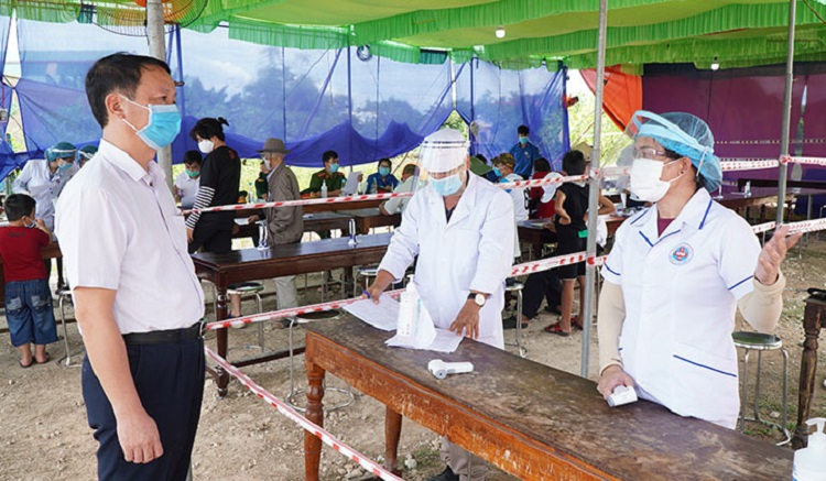 Phó Chủ tịch UBND tỉnh Thừa Thiên Huế Phan Thiên Định kiểm tra công tác phòng, chống dịch Covid-19 tại chốt kiểm soát y tế tại thị xã Hương Trà.