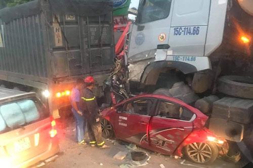 Hà Nội: Khởi tố tài xế xe container đè xe con khiến 3 người tử vong