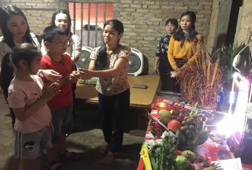 Các em học sinh trường TH Thọ Sơn thắp hương cho Anh Long .
