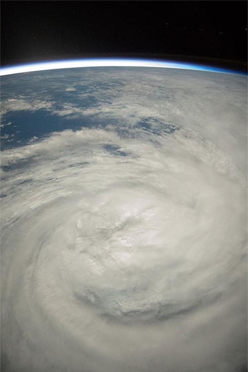 Hình ảnh của bão Oma hình thành ở Fiji được chụp từ Trạm không gian quốc tế NASA.
