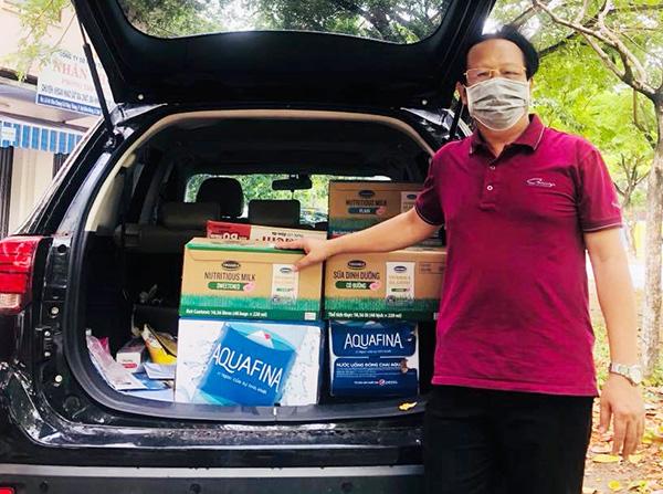 NHững ngày qua, KTS Bùi Huy Trí liên tục sử dụng xe cá nhân chỏ hàng hóa hỗ trợ cho các