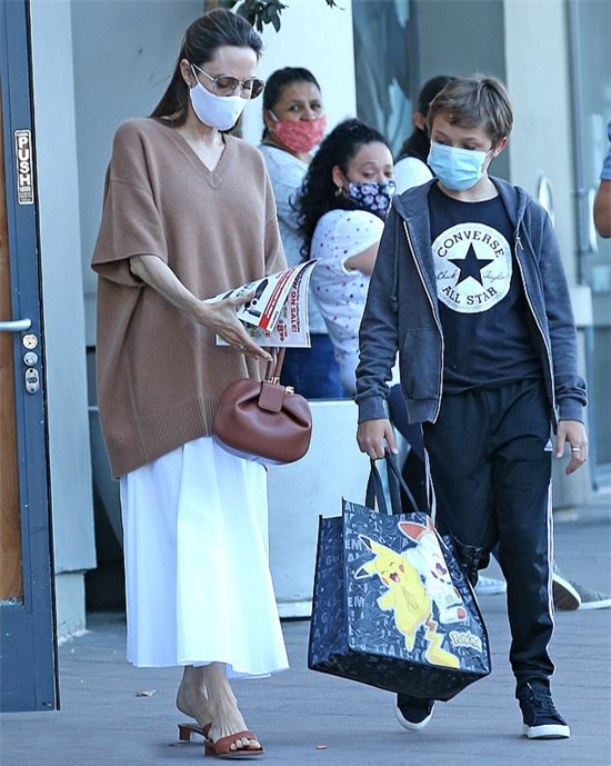 Angelina Jolie và con trai út đến một cửa hàng đồ chơi hôm chủ nhật. Knox xách một túi to Pokemon khi rời đi.