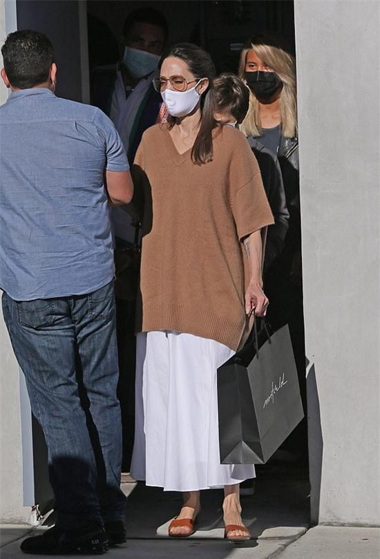 Suốt nửa năm nay, minh tinh 45 tuổi ở nhà với các con để tránh dịch. Jolie cho biết, cuộc sống giãn cách xã hội tuy khó khăn nhưng 7 mẹ con vẫn rất ổn. Brad Pitt cũng thường xuyên đến thăm các con.