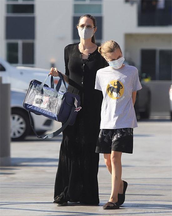 Vài ngày trước, Angelina đưa con gái út Vivienne đi chơi riêng.