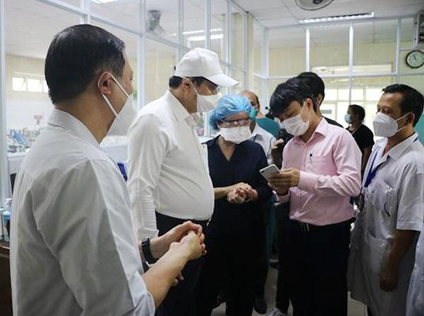 Chủ tịch UBND TP Đà Nẵng Huỳnh Đức Thơ kiểm tra