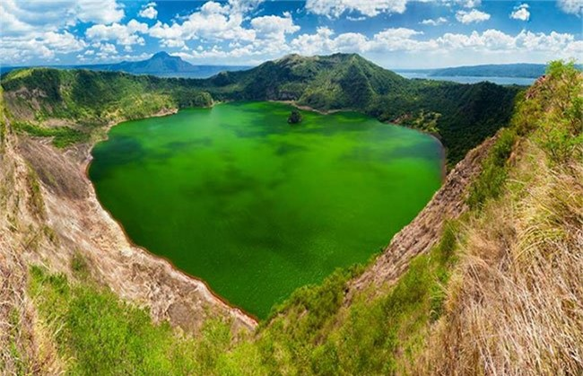 Hòn đảo nằm trong lòng hồ
