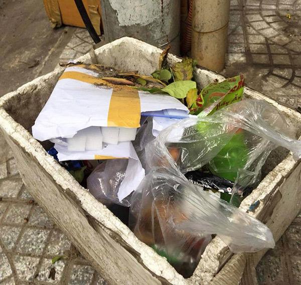 Gói khẩu trang không rõ nguồn gốc mà người quen của KTS Bùi Huy Trí vứt ào thùng rác sau khi nhận bưu phẩm chuyển phát nhanh không có thông tin người gởi