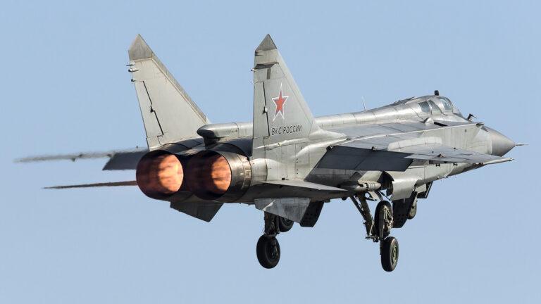 Tiêm kích đánh chặn tầm xa MiG-31 của Không quân Nga. Ảnh: TASS.