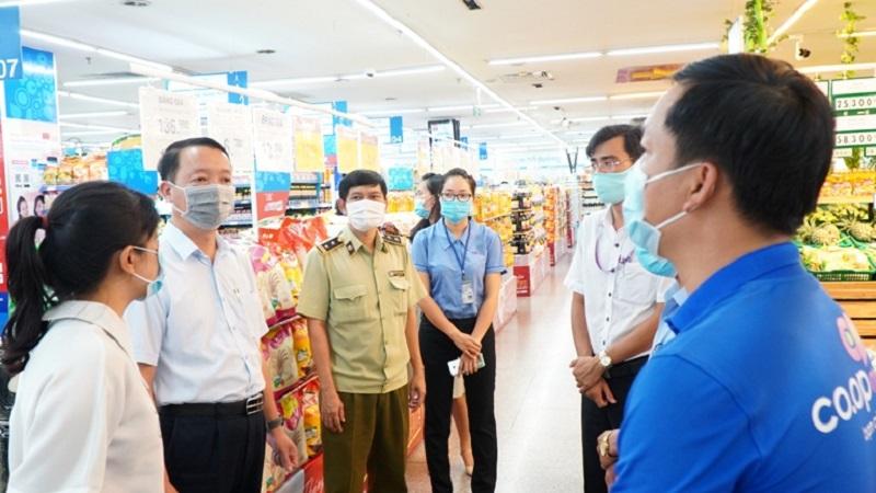 Phó Chủ tịch UBND tỉnh Thừa Thiên Huế Phan Thiên Định (thứ 2 từ trái sang) kiểm tra việc cung ứng hàng hoá tại siêu thị Coop mart Huế.
