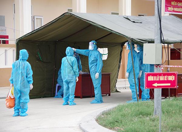 Đưa 180 người từ Bệnh viện Đà Nẵng về cách ly tại doanh trại quân đội