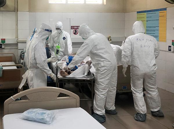 Các bác sĩ BV dã chiến Hòa Vang đang tập trung điều trị cho bệnh nhân chạy thận nhân tạo bị mắc Covid-19 từ BV Đà Nẵng chuyển sang