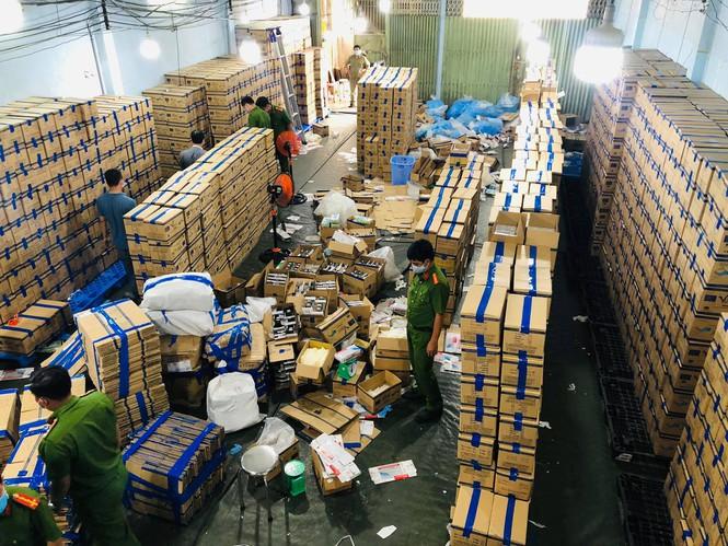 Hơn 2,3 triệu chiếc găng tay giả chuẩn bị tuồn ra thị trường đã bị lực lượng chức năng TP.HCM phát hiện và thu giữ. (Ảnh: CA TP.HCM)