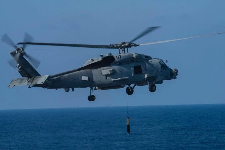 Trực thăng hải quân MH-60R Sea Hawk sẽ được trang bị thiết bị định vị thủy âm thế hệ mới. Ảnh: Defence Blog.
