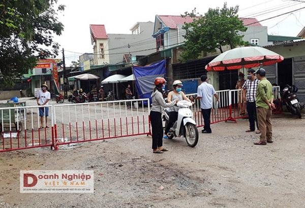 Lực lượng chức năng phong tỏa khu phố Nam Bắc, phường Quảng Vinh. Ảnh: Ngọc Minh.