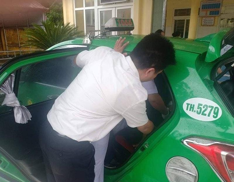 Lái xe Lê Huy Sinh (Mai Linh Thanh Hóa) phối hợp cùng người dân nhanh chóng đưa 2 nạn nhân bị tai nạn lên taxi để đưa đi bệnh viện cấp cứu.