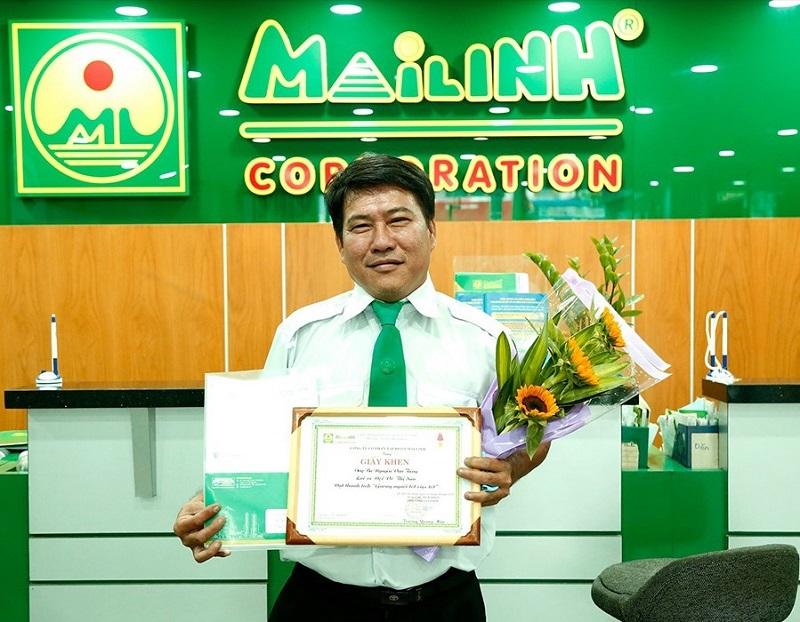 Khen thưởng lái xe Nguyễn Văn Tiếng (Mai Linh TP. HCM) vì đã có hành động đẹp là trả lại chiếc điện thoại Iphone cho hành khách để quên trên xe.