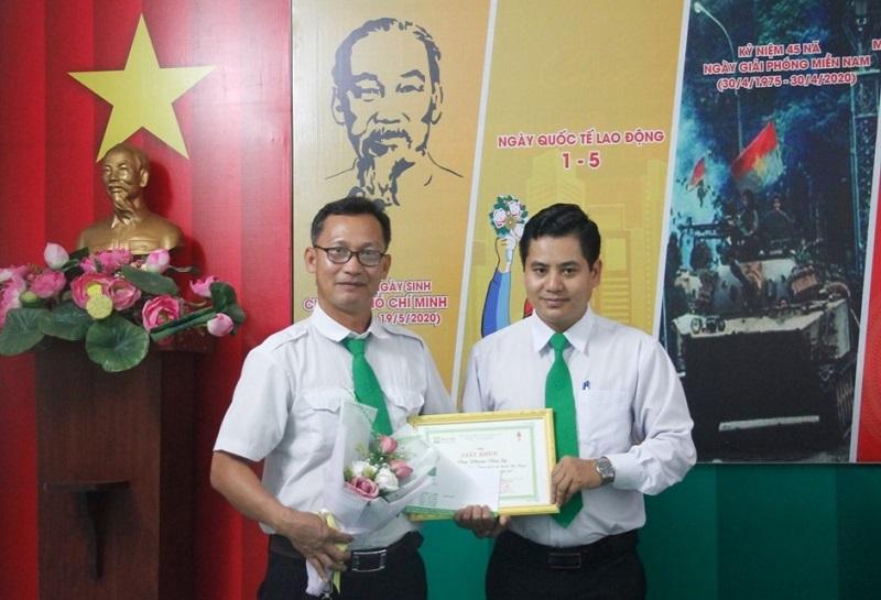 Lái xe Phạm Văn Sỹ (Mai Linh Đắk Lắk) được tỉnh Đắk Lắk tặng Bằng khen vì đã trả lại túi xách chứa 170 triệu đồng cho khách.