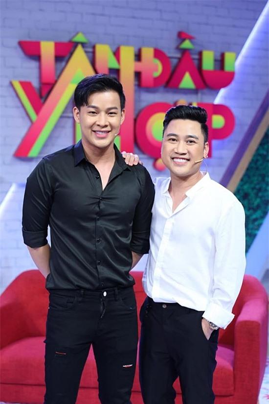 Don Nguyễn (phải) và Thanh Tú quen biết rồi yêu nhau khoảng 10 năm nay. Don Nguyễn lớn hơn bạn trai 8 tuổi. Đến đầu 2020, họ mới công khai chuyện tình cảm với công chúng.