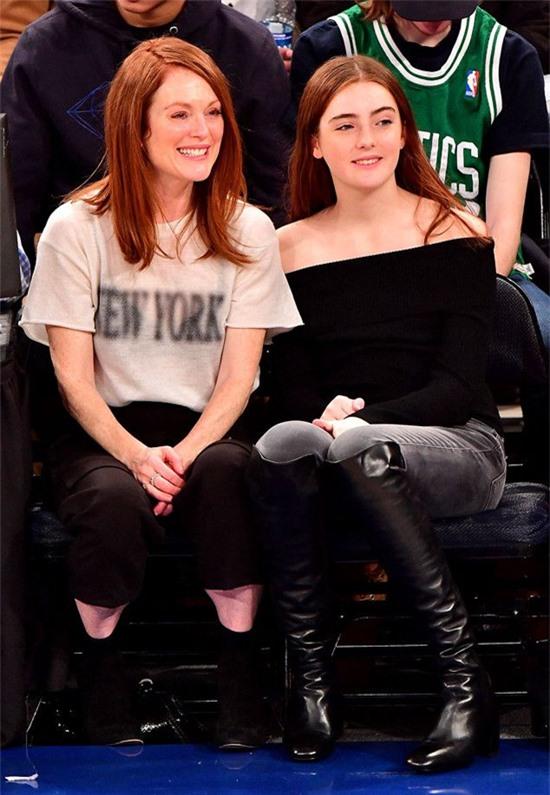 Minh tinh Julianne Moore và đạo diễn Bart Freundlich có cô con gái Liv Freundlich sinh năm 2002. Liv vừa tốt nghiệp trung học hồi tháng 6 và chuẩn bị vào giảng đường đại học. Julianne Moore miêu tả con gái là một người rất thông minh và can đảm.