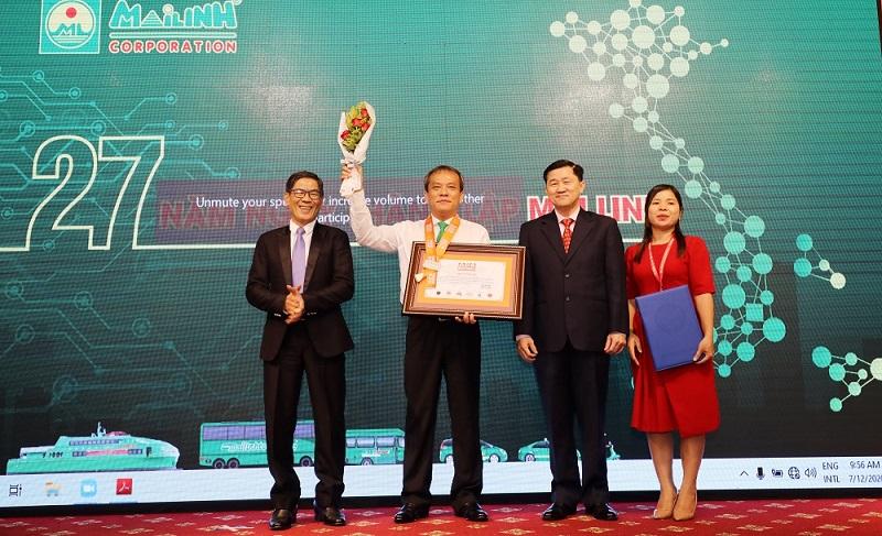 """Đại diện Tập đoàn Mai Linh nhận bảng chứng nhận kỷ lục """"Hãng taxi có số lượng ca hộ sinh trên xe nhiều nhất Châu Á"""" của Tổ chức Kỷ lục Châu Á."""