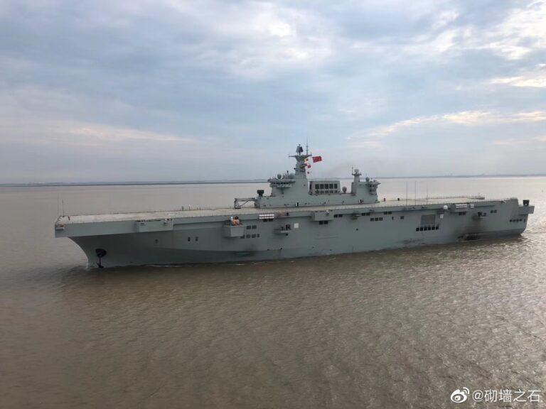 Tàu đổ bộ tấn công trang bị trực thăng Type 075 đầu tiên của Trung Quốc đã ra biển thử nghệm. Ảnh: Sina.