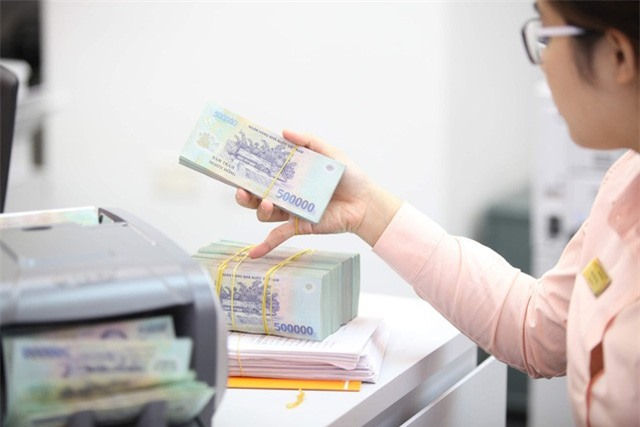 Lãi suất ngân hàng giảm, dòng tiền chảy vào bất động sản? - Ảnh 1.