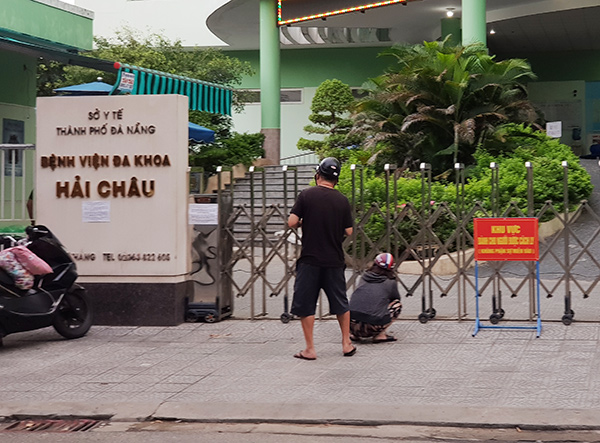 Người phụ nữ ôn ngực đâu đớn trước cổng BV đa khoa Hải Châu; người đàn ông gọi điện cầu cứu...