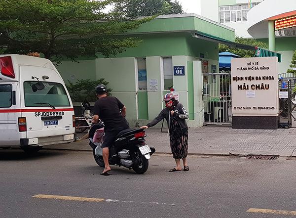 Nhưng họ ddahf bất lực, phải tìm đến cơ sở y tế khác vì BV Hải Châu đã bị cách ly y tế! (Ảnh: HC)