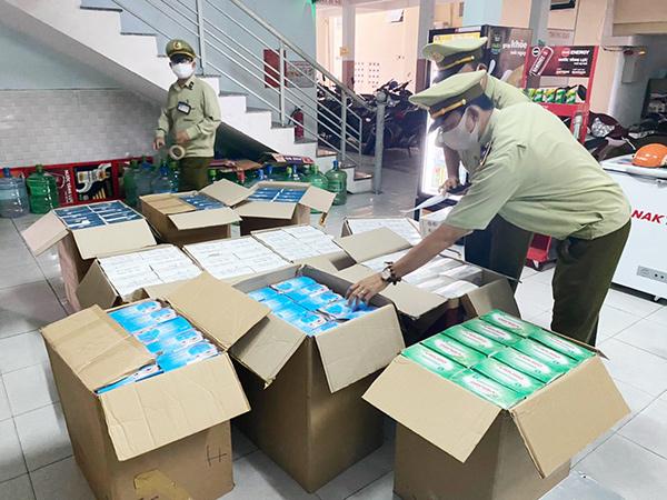 """Đà Nẵng: Phát hiện, tạm giữ thêm 29.000 khẩu trang y tế """"ma"""" nơi căn tin khu nhà trọ"""