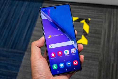 Samsung Galaxy Note 20 được trang bị màn hình Super AMOLED Plus kích thước 6,7 inch, độ phân giải Full HD Plus (2.400x1.080 pixel), mật độ điểm ảnh 393 ppi. Màn hình này chia theo tỷ lệ 20:9, tích hợp công nghệ HDR10 Plus.