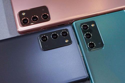 Samsung Galaxy Note 20 có 3 camera sau. Trong đó, cảm biến chính 12 MP, khẩu độ f/1.8, tích hợp công nghệ lấy nét Dual Pixel PDAF, chống rung quang học (OIS). Ống kính tele 64 MP, f/2.0 giúp zoom quang học 3x hoặc zoom kỹ thuật số 30x, OIS. Cảm biến thứ ba 12 MP, f/2.2 cho góc rộng 120 độ. Máy có khả năng ghi hình 8K tốc độ 24 khung hình/giây hoặc 720p tốc độ 960 khung hình/giây.