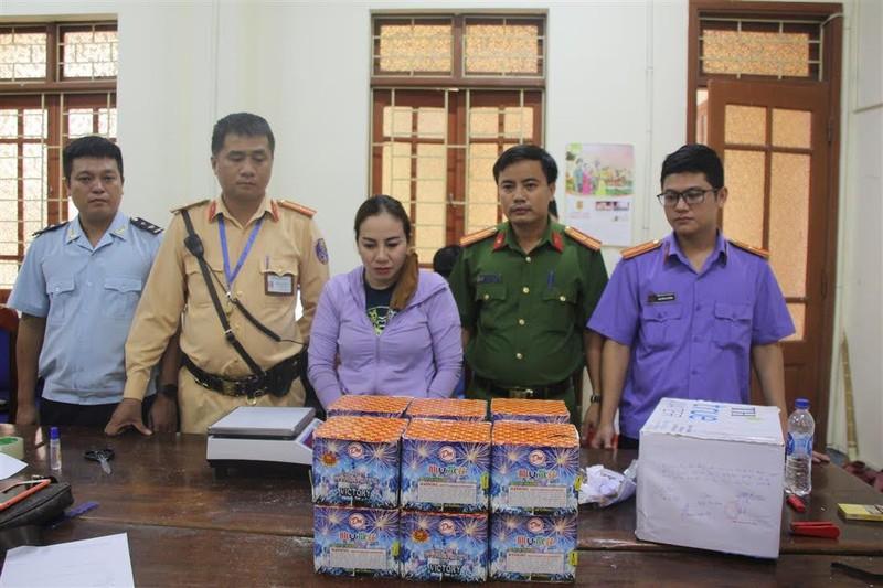 Nguyễn Thị Hương cùng tang vật tại cơ quan điều tra.